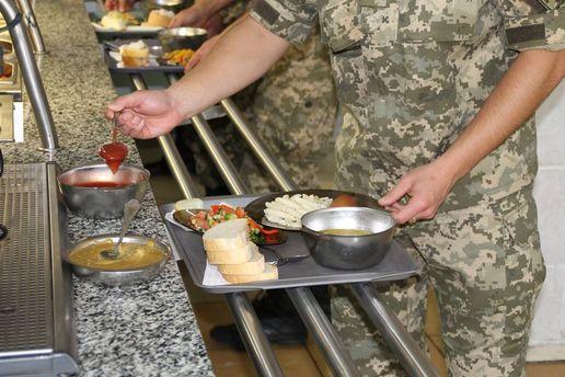 Военный в столовой