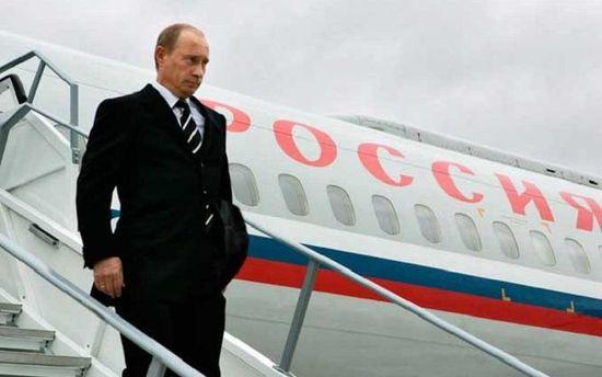 Володимир Путін виходить з літака