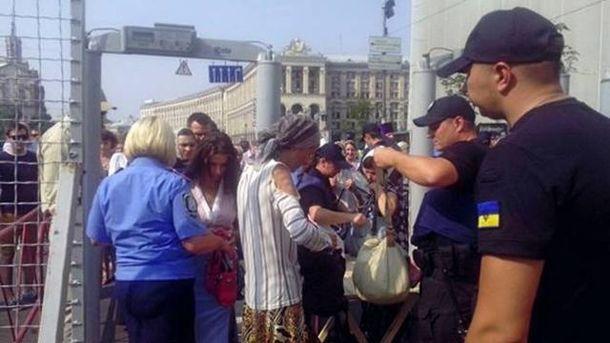 Участников шествия детально проверяют полицейские