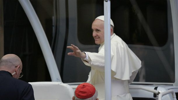 Папа Франциск не удержался на ногах во время мессы