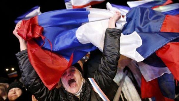 Женщина с флагом России