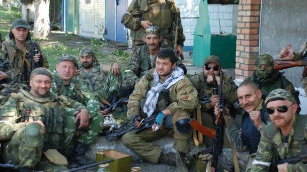 Гилазов в центре с шарфом на шее