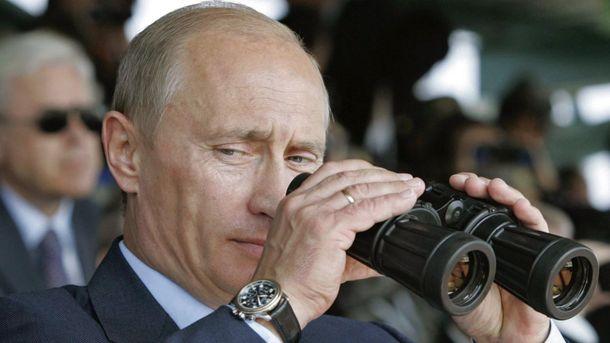 Владимир Путин с биноклем