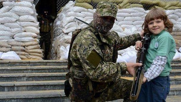 Іграшок на Донбасі немає, зате є автомати