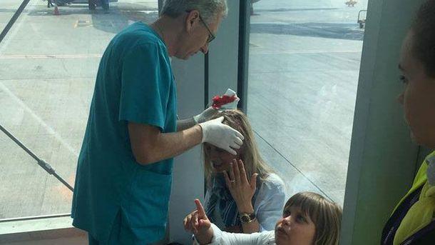 На женщину упала гранитная плита в аэропорту