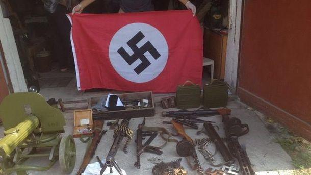 Вилучений арсенал зброї та свастика