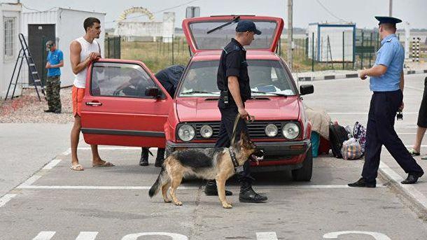 Российские оккупанты в Крыму проверяют автомобиль