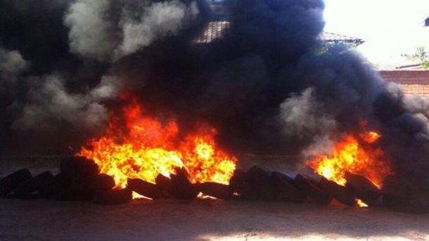 Активисты подожгли шины возле дома, который приписали Розенко