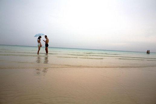 Пара на березі моря