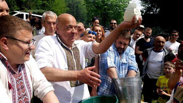 Геннадій Москаль тримає у руках кавалок сиру