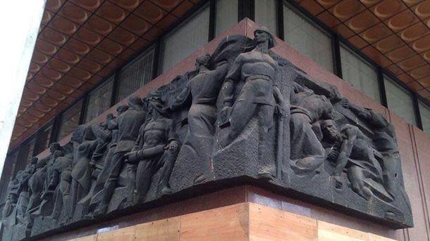 С Украинского дома снимают советские символы