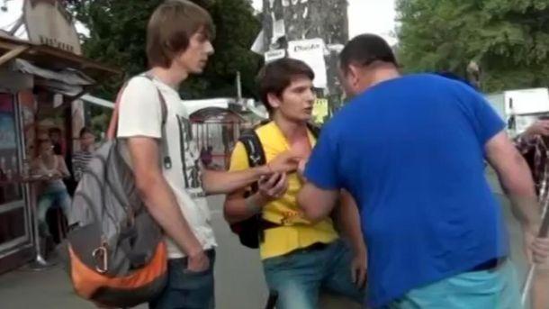 Бизнесмен бьет парня в Киеве