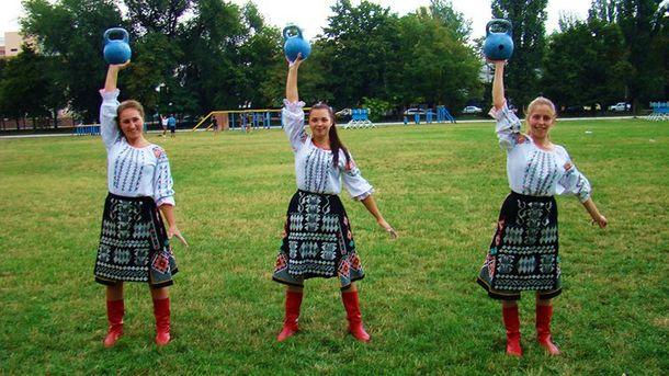 Курсантки жонглируют гирями