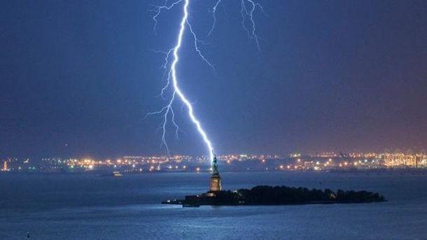 Блискавка б'є у Статую Свободи