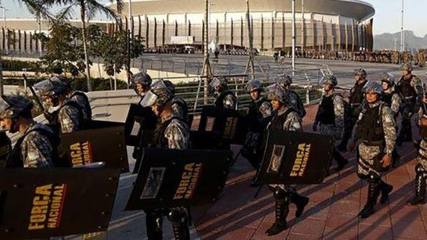 Поліцейські намагаються захистити гостей Олімпіади