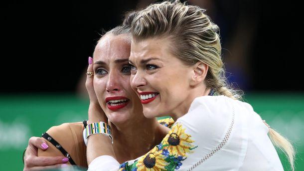 Слезы радости от Анны Ризатдиновой (слева)