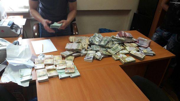 Гроші, які знайшли у кабінеті фіскала