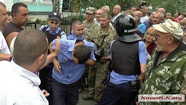 Люди устроили самосуд над полицейскими
