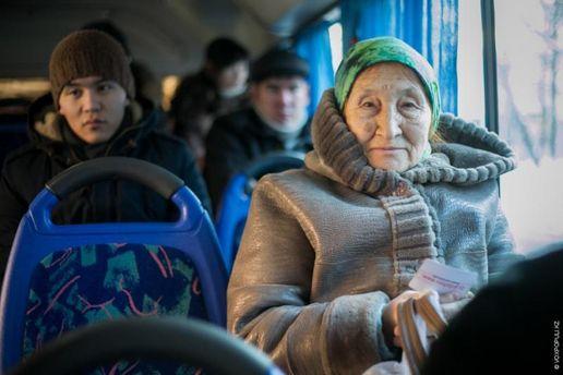 Пенсіонерка у громадському транспорті