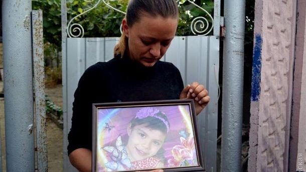 Мама з фотографією вбитої дівчинки