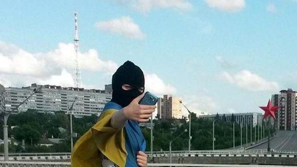 Дівчина сфотографувалась з українським прапором у Луганську