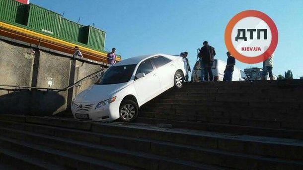 Авто заїхало у підземний перехід
