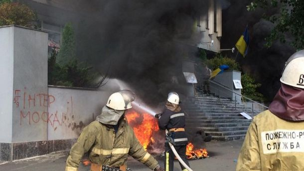Активисты подожгли здание