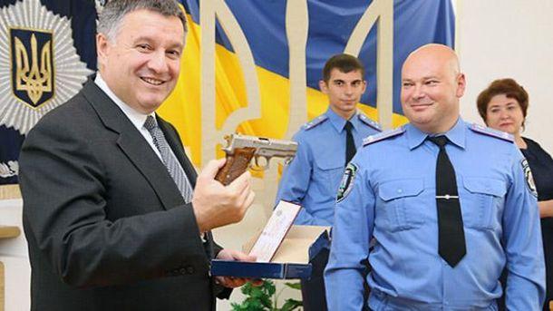 Аваков дарує нагородну зброю
