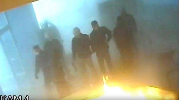 Спочатку офіс наповнили їдким димом