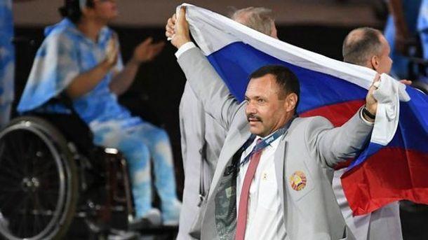 Білоруський спортивний чиновник вийшов з прапором Росії