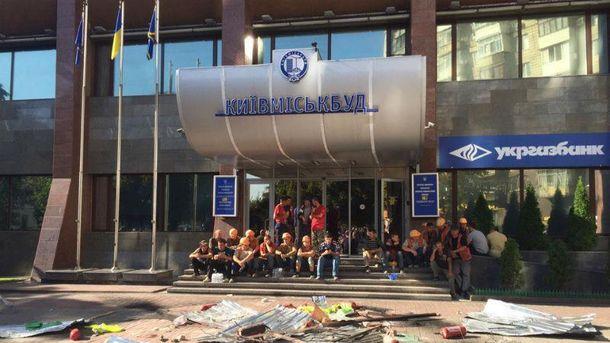 Провокації біля Київміськбуду  тривають вже кілька днів