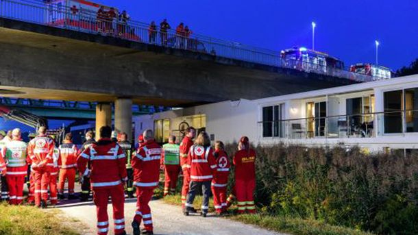 Круїзний корабель-готель зіткнувся з мостом