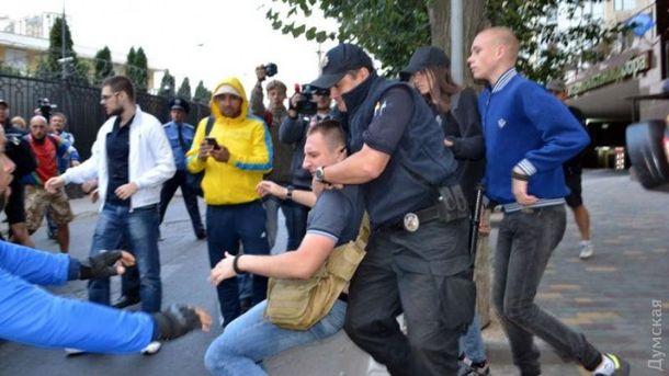 Двох активістів затримала поліція