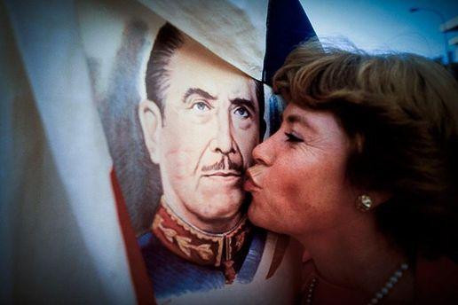 Прихильниця Піночета цілує його портрет
