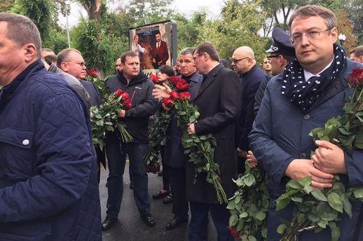 Геращенко, Луценко и Аваков пришли проститься с полицейскими