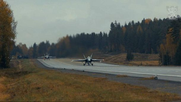 Истребитель успешно приземлился прямо на трассе: появилось зрелищное видео