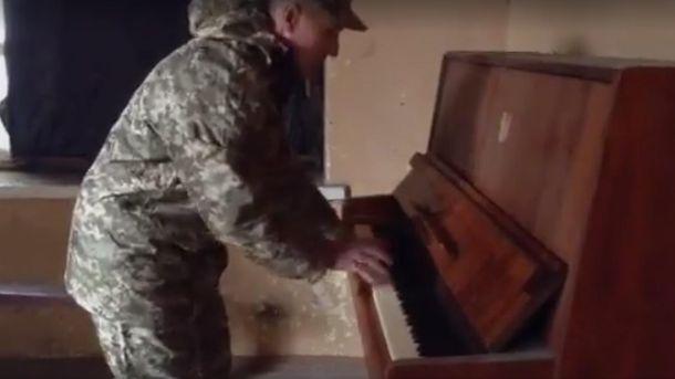Військовий грає на піаніно у зоні АТО