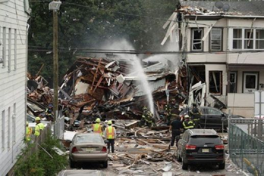 В США мощный взрыв уничтожил два дома