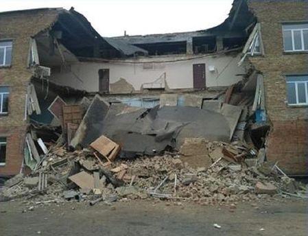 Обваленная стена школы