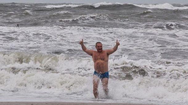 Одесит купається у шторм