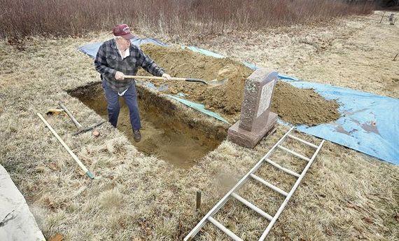 Чоловік копає могилу