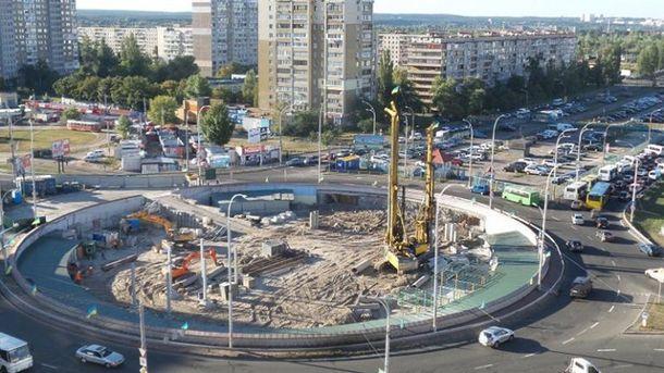 Строительство возле станции метро