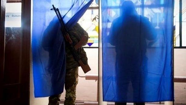 Избиратели в кабинках для голосования