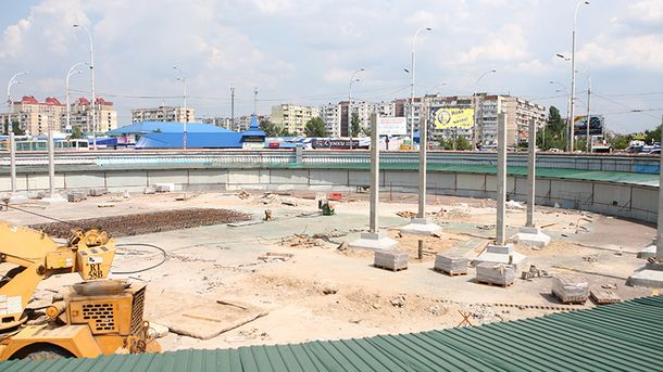 Будівництво біля станції метро