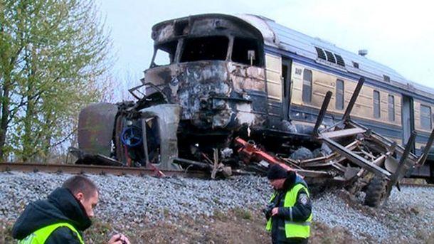 Лісовоз зіткнувся з потягом на Вінничині
