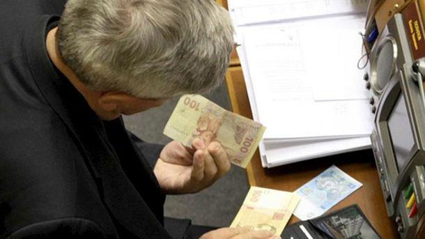 На думку депутатів, зарплати їм не вистачає