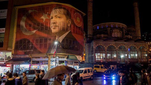 Фото президента Туреччини на будівлі