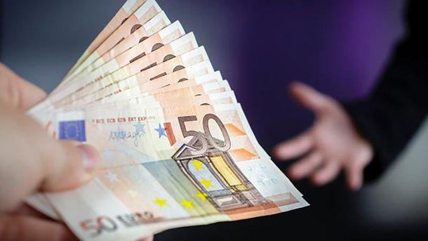 Покупать евро украинцам становится все дороже