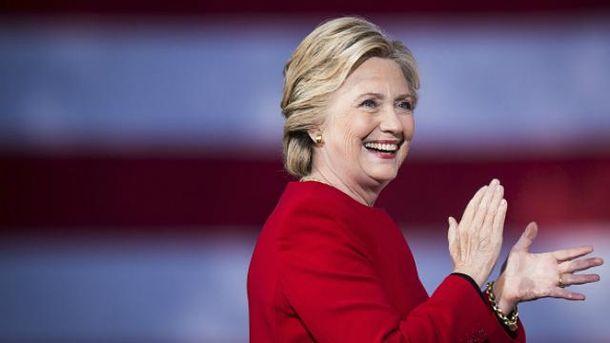 Клинтон уверенно опережает Трампа за день до выборов