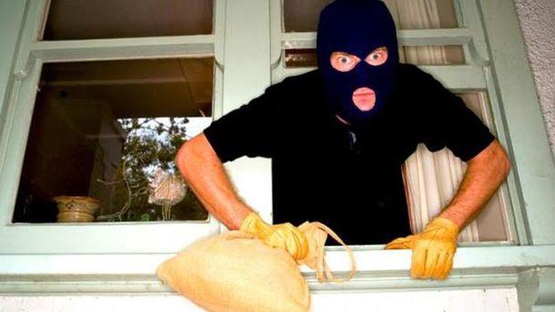 Злоумышленники проникли в квартиру через окно
